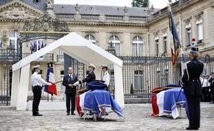 Cérémonie d'hommage au commandant de police Jean-Baptiste Salvaing et à Jessica Dubois, devant l'Elysée, le 17 juin 2016.
