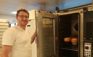 Thomas Runtz et ses kouglofs dans sa boulangerie-pâtisserie à Wasselonne.