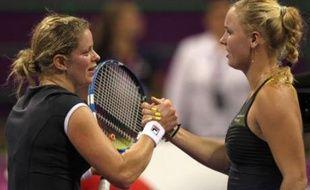 Caroline Wozniacki va terminer l'année en reine du tennis féminin sans avoir remporté la moindre couronne digne de son rang, le Masters étant revenu à la Belge Kim Clijsters, victorieuse d'une finale qu'elle a nettement dominée en dépit du réveil de la Danoise au 2e set.