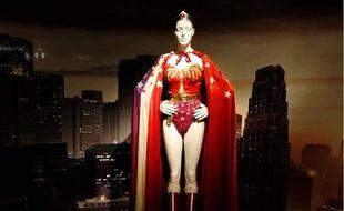 Costume de Wonder Woman datant de 1976, et exposé au Metropolitn Museum of Art à New York, lors d'une exposition sur les costumes de super-héros, le 5 mai 2008.
