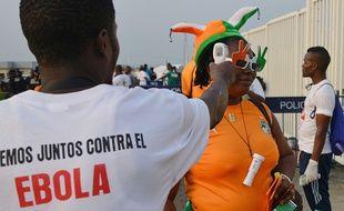 A Malabo, des médecins prennent la température des fans de foot pour éviter la contagion d'Ebola en Guinée équatoriale.