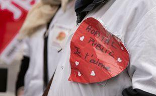 A l'appel des Collectif Inter-Hôpitaux, Inter-Blocs et Inter-Urgences et de SUD-Santé Sociale et Solidaires, des centaines de soignants ont manifesté à Paris, le 28 mai 2021.