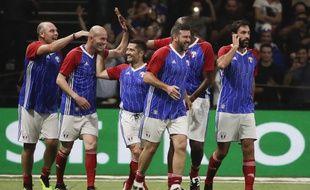 Zinédine Zidane félicité par ses coéquipiers de France 98 lors d'un match gala le 12 juin 2018.