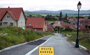 A Lochwiller, un village alsacien où un forage géothermique a fait gonfler le sol et endommagé des dizaines de maisons, les sinistrés toucheront prochainement de premières indemnisations, mais cette mesure ne règle pas tout, s'inquiètent les habitants.