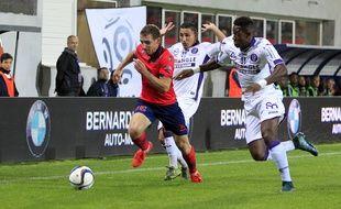 Le défenseur du Gazélec Ajaccio David Ducourtioux (en rouge) à la lutte avec les Toulousains Adrien Regattin et François Moubandjé lors du match nul entre les deux équipes en Ligue 1 (2-2), le 3 octobre 2015 à Ajaccio.