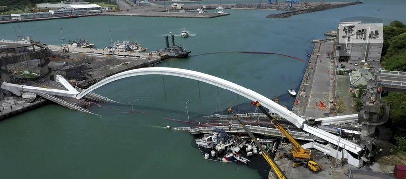 U pont qui s'est effondré à Taïwan, ce mardi 1er octobre.
