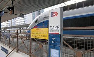 Le train a mis douzeheures pour aller de Paris à Grenoble.