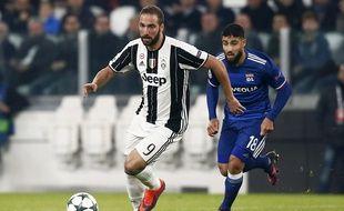 Ici à la poursuite d'Higuain, Nabil Fekir n'a pas influencé la rencontre entre la Juve et l'OL, mercredi à Turi.