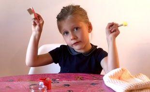 A cinq ans, Clémence teste des jeux sur Youtube pour la start-up Luditop.