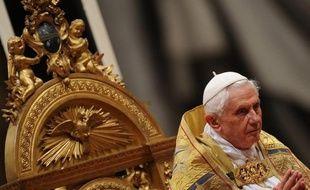 """Pour la première fois, un pape, Benoît XVI, admet l'utilisation du préservatif """"dans certains cas"""", """"pour réduire les risques de contamination"""" avec le virus VIH du sida, dans un livre d'entretiens à paraître mardi."""