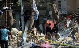 Deux paramilitaires ont été tués et 24 personnes blessées jeudi après qu'un kamikaze a fait exploser la camionnette piégée qu'il conduisait devant une base militaire à Karachi, l'instable mégalopole du sud du Pakistan