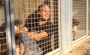 Rémi Gaillard, dans une cage de la SPA de Montpellier.