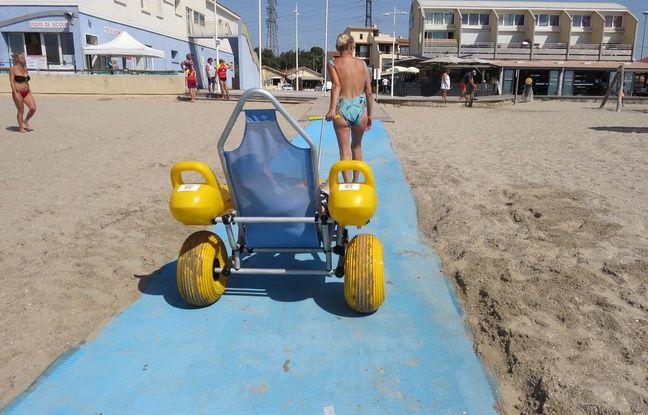 Christelle tire un tiralo sur le tapis de plage à Fos-sur-Mer