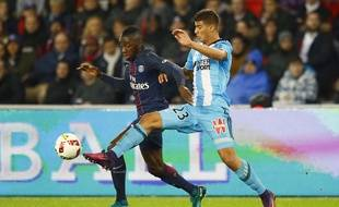 Le milieu de l'OM Zinédine Machach à la lutte avec le Parisien Blaise Matuidi lors d'un match de Ligue 1 au Parc des Princes, le 23 octobre 2016.