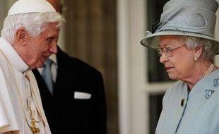 Le pape Benoît XVI discute avec la Reine Elizabeth II, sur le perron du palais de Holyroodhouse à Edimbourg, en Ecosse, le 16 septembre 2010.