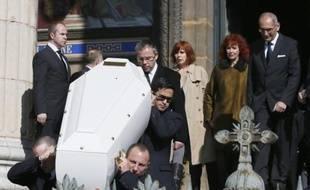 Sabine Azéma (2e D) derrière le cercueil d'Alain Resnais lors des obsèques du cinéaste en l'église Saint-Vincent de Paul à Paris, le 10 mars 2014