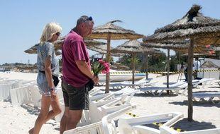 Le 27 juin 2015. Des touristes se recueillent devant la plage où ont été tuées 38 personnes ce vendredi. (AP Photo/Leila Khemissi)