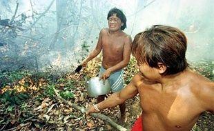 Le gouvernement a annoncé vendredi avoir dépêché une commission d'enquête dans la région amazonienne du sud du Venezuela après qu'une ONG y eut dénoncé le massacre en juillet d'environ 80 indiens de l'ethnie Yanomami par des mineurs clandestins brésiliens.