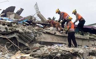 Des secouristes dans les décombres d'un hôpital après le séisme de Célèbes, le 17 janvier 2021.