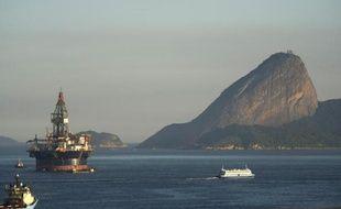 Une plateforme pétrolière remorquée près de Mage, dans la Baie de Guanabara, Rio de Janeiro, au Brésil le 3juillet 2012