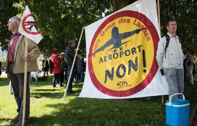 Des opposants au projet d aeroport de Notre Dame des Landes manifestent devant le tribunal administratif de Nantes durant l audience au cours de laquelle 17 recours portant sur la loi sur l eau et les especes protegees sont examines. Nantes le 18 06 2015./SALOM-GOMIS
