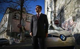 Carlos Ghosn, PDG de Renault-Nissan, pose à côté de la Zoé.