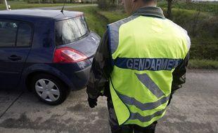 Un gendarme sur une route de campagne.