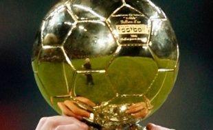 Le ballon d'or France Football, dans les mains du Brésilien Kaka en décembre 2007.
