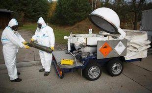 Démonstration de la destruction d'armes chimiques par des employés de la société publique GEKA, à Münster le 30 octobre 2013