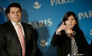 La maire de Paris Anne Hidalgo (d) et le maire du 18e arrondissement de Paris Eric Lejoindre, le 31 mai 2016 à Paris