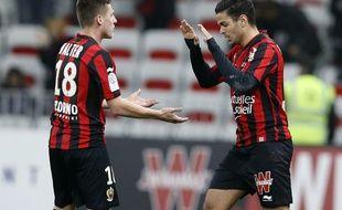 L'attaquant niçois Hatem Ben Arfa (à droite) fête son but avec son coéquipier Rémi Walter lors du match de Ligue 1 contre Toulouse, le 3 février 2016 à l'Allianz Riviera de Nice.