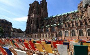 Des transats devant la cathédrale de Strasbourg en 2015.