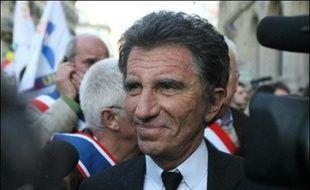 """Le président Nicolas Sarkozy a affirmé qu'il avait demandé au socialiste Jack Lang de """"participer"""" à la commission chargée de faire des propositions pour moderniser les institutions, dans une interview à paraître dans le Journal du Dimanche."""