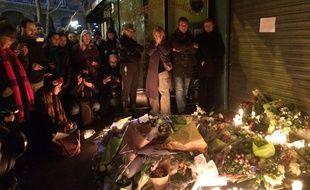 Des personnes rassemblées devant La belle Equipe, 92 rue de Charonne à Paris, le 14 novembre 2015.