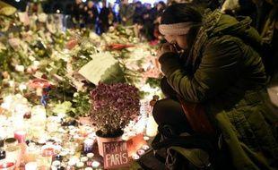 Des personnes se recueillent devant le Bataclan, en hommage aux victimes des attentats, le 15 novembre 2015 à Paris