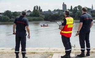 Des pompiers menant des recherches pour retrouver Steve, porté disparu à Nantes depuis la nuit 21 au 22 juin.