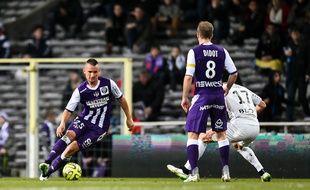 Le défenseur roumain du TFC Dragos Grigore lors du match de Ligue 1 contre Rennes, le 14 février 2015 au Stadium de Toulouse.