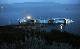 Les recherches ont repris jeudi dans l'épave du Concordia, échoué sur la petite île italienne du Giglio, où les membres des familles des disparus attendent dans l'angoisse et la colère contre le commandant du navire, assigné à résidence