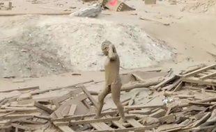 Cette femme emportée par une coulée de boue, causée par les inondations au Pérou, a miraculeusement réussi à s'en sortir.