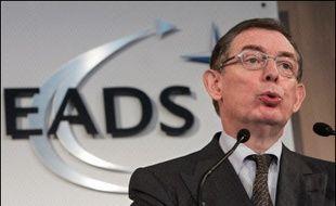 Le groupe germano-américain DaimlerChrysler a indiqué mardi qu'il allait réduire de 7,5% son actuelle participation de 30% au sein du consortium aéronautique européen EADS et que le groupe français Lagardère allait faire baisser sa participation de 15% à 7,5%.