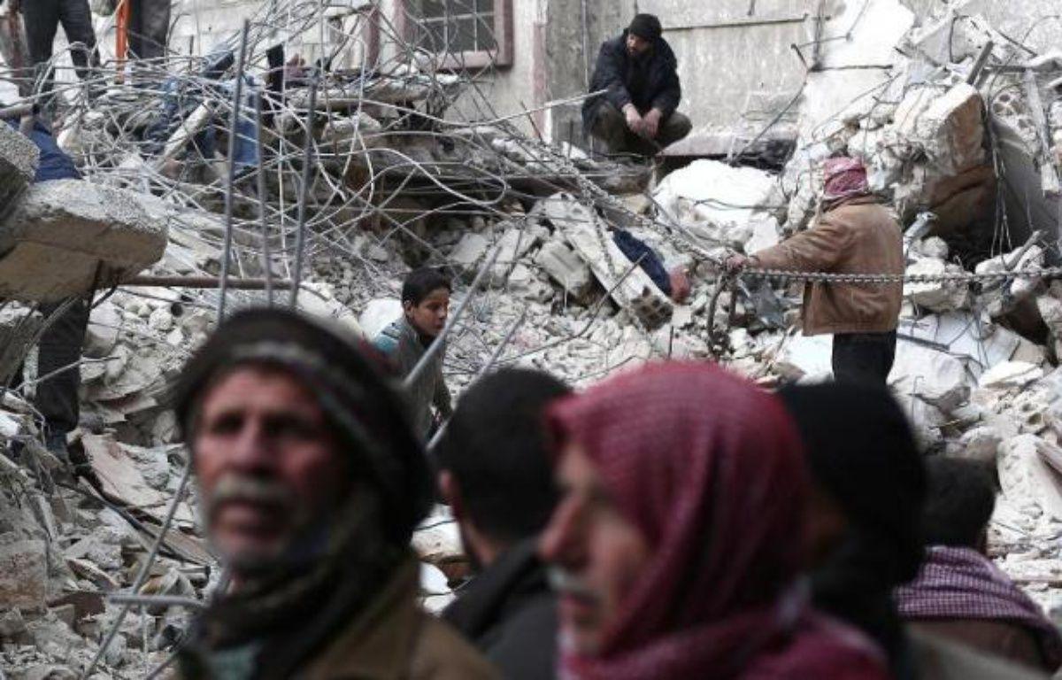 Des civils syriens cherchent des survivants dans les ruines d'un immeuble bombardé par l'armée régulière, à Douma, à l'est de Damas, le 9 février 2015 – Abd Doumany AFP