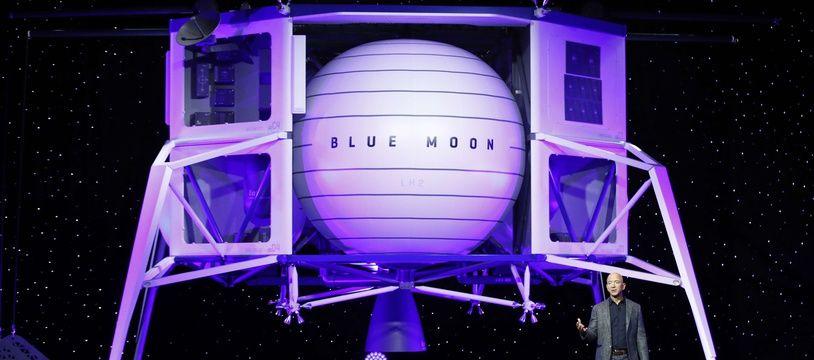 Jeff Bezos présente Blue Moon, le projet d'alunisseur de sa société spatiale Blue Origin, le 9 mai 2019.
