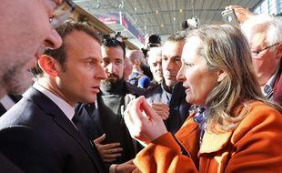 Emmanuel Macron et le ministre de l'agriculture Stéphane Travert (à gauche) au Salon de l'agriculture, le 24 février 2018.