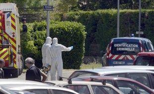 Des enquêteurs sur les lieux du quadruple meurtre à Saint-Paul-Trois-Châteaux, dans la Drôme, le 25 juin 2013