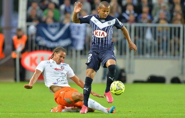 Le défenseur des Girondins, Mariano, taclé par le joueur de Montpellier, Daniel Congré, le 23 mai 2015 dans le Nouveau stade de Bordeaux.