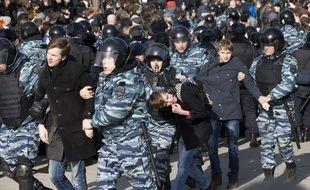 La police a arrêté de jeunes manifestants à Moscou, dimanche 26 mars 2017.
