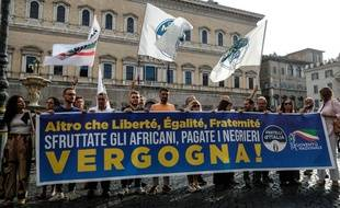 Un parti d'extrême droite italien a manifesté devant l'ambassade de France à Rome.