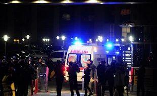 Une ambulance arrive sur le site du tribunal d'Istanbul lors de la prise d'otage d'un procureur, le 31 mars 2015