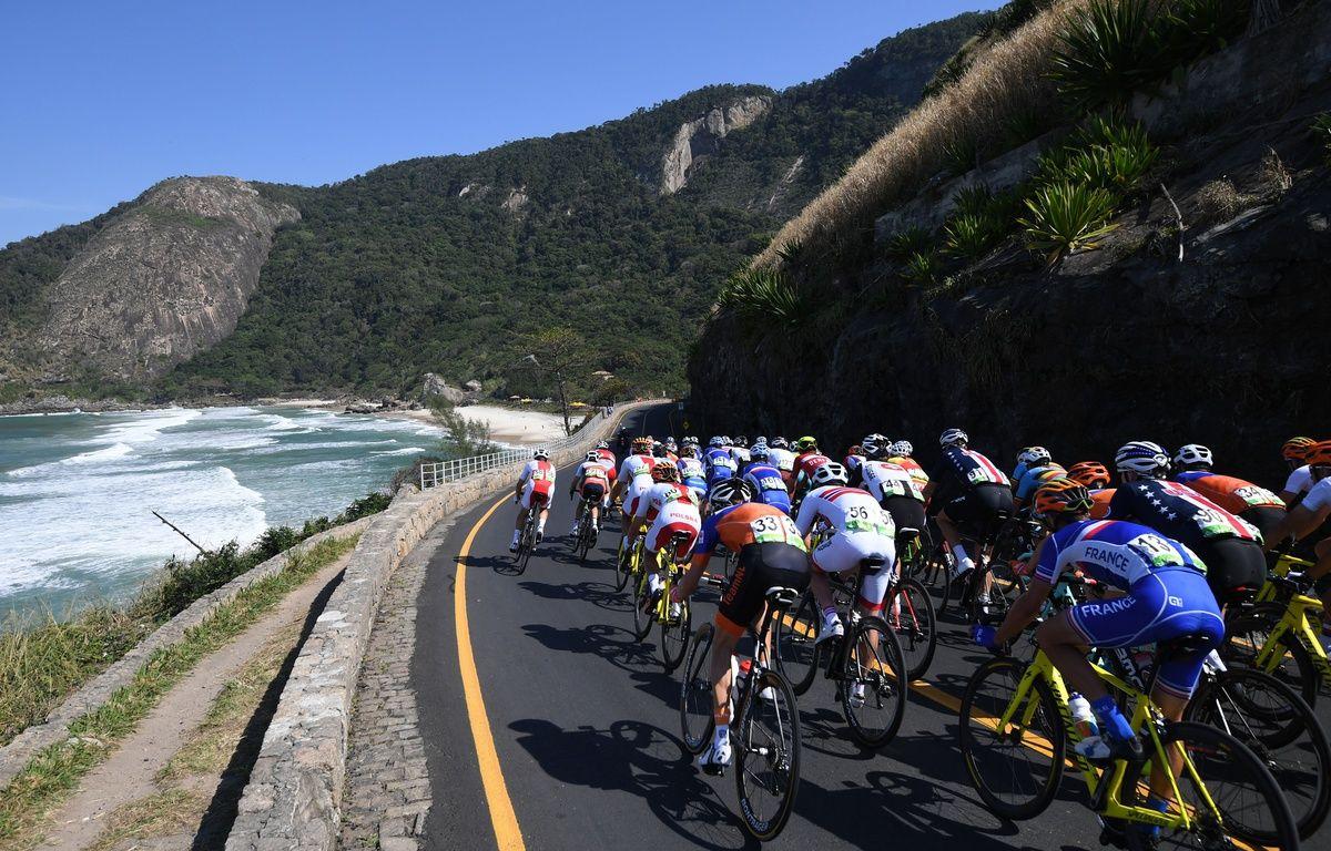 Le peloton, au début de l'épreuve de cyclisme sur piste... – Eric FEFERBERG / AFP