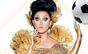 BenDeLaCreme, candidate de «RuPaul's Drage Race - All Stars 3» et un ballon de foot.